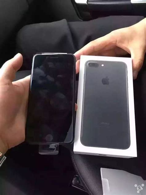 Early iPhone 7 Unboxing Photos, Jet Black Model Comes in