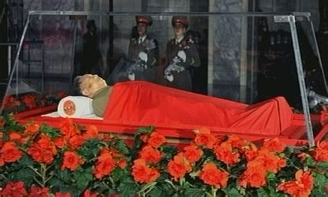 Kim Jong Il dead: Body placed in glass coffin as mourners