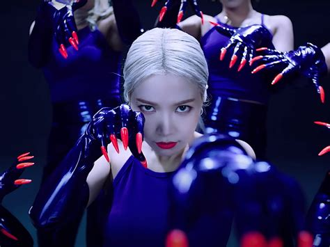 """Mamamoo's Solar goes solo with fierce new song, """"Spit it"""